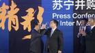 El presidente del Inter, Erick Tohir, izquierda, brinda con el presidente de Suning Holdings, Zhang Jindong
