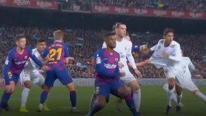 Raphael Varane ha reclamado dos penaltis en el clásico