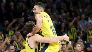 Sloukas celebra el triunfo junto a su compañero Datome