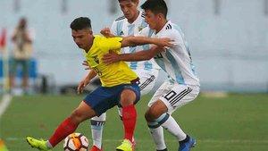 Thiago Almada, en un partido contra la selección de Ecuador