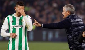Zou Feddal recibe instrucciones de Quique Setién durante el partido entre el Real Betis y el Athletic Club de la Liga 2017/18