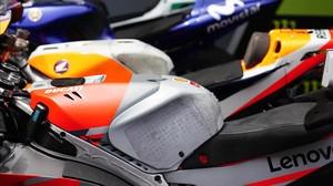 Esta es la pieza, el supletorio en el depósito, que permite a Jorge Lorenzo manejar mejor su Ducati. Detrás la Honda de Marc Márquez y, al fondo,la Yamaha de Valentino Rossi.