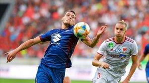 Belotti controla un balón en un duelo de la eliminatoria anterior.