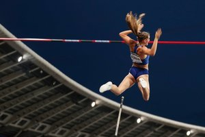 La canadiense Alysha Newman compite en el salto con pértiga femenino durante la competencia IAAF Diamond League en el estadio Charlety, en París.