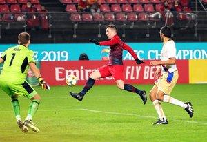 El centrocampista brasileño del Kashima Antlers, Serginho (c), marca el 4-1 durante un encuentro entre el Kashima Antlers y el Newcastle Jets perteneciente al playoff de la Liga de Campeones Asiática (AFC) disputado este martes, en Kashima (Japón).