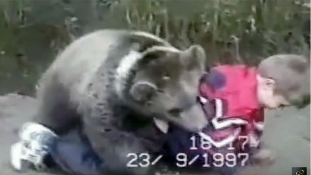Con razón acabó así: Las surrealistas peleas entre Khabib Nurmagomedov de niño contra un oso