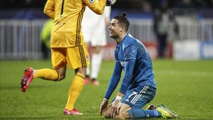 Cristiano, lamentándose en una acción en el duelo de ida en el Parc OL