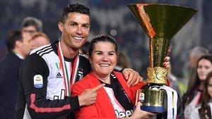 Cristiano Ronaldo celebra con su madre la última Serie A ganada