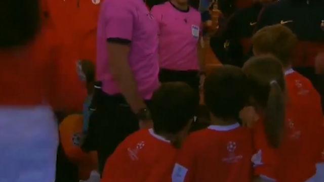 Cuando el árbitro no te deja ver a Messi: Momentazo en el túnel de vestuarios antes el Barça - Slavia