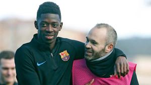 Dembélé e Iniesta durante un entrenamiento del FC Barcelona