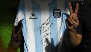 Diego Maradona donó una de las camisetas más preciadas de su carrera.