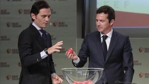 Guillermo Amor sacando una de las bolas en el sorteo de Copa