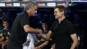 José Mourinho y Tito Vilanova se saludan durante uno de los clásicos de la temporada 2012/13