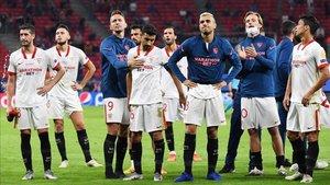 Los jugadores del Sevilla tras la final ante el Bayern.