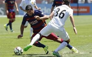 Luis Suárez intenta superar a Darmian durante el Barça-Manchester United