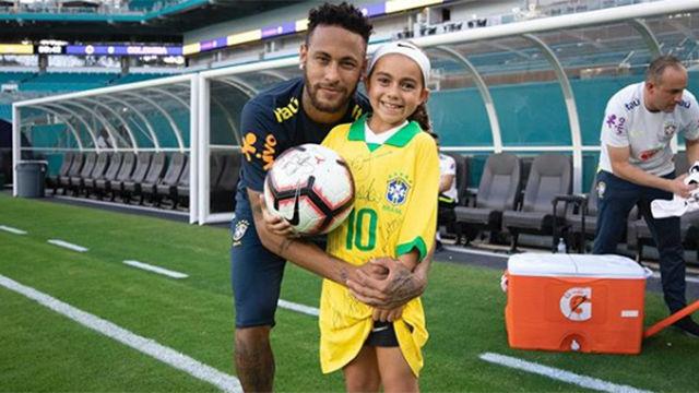 Neymar juega a dar toques a la pelota con una admiradora