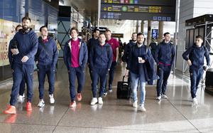 La plantilla azulgrana, en el aeropuerto de El Prat antes de partir hacia Londres