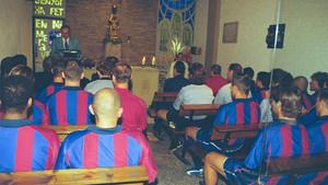 La plantilla del primer equipo, en 2001, en la tradicional misa de comienzo de temporada que dejó de celebrarse hace años