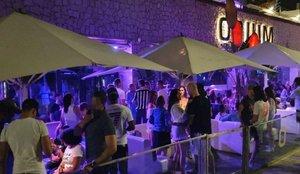 Polémica en redes por estas imágenes de una fiesta llena de gente en una discoteca de Barcelona
