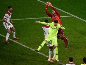 El portero Anthony Lopes detiene el balón durante el partido por los octavos de final de la Liga de Campones de la UEFA entre el FC Barcelona y el Olympique de Lyon, este martes, en el estadio Groupama de Decines-Charpieu