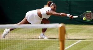 Serena Williams de los Estados Unidos regresa a Barbora Strycova de la República Checa en el partido de semifinal en el Campeonato de Wimbledon en el All England Lawn Tennis Club, en Londres, Gran Bretaña.