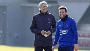Setién, junto a Leo Messi en un entrenamiento