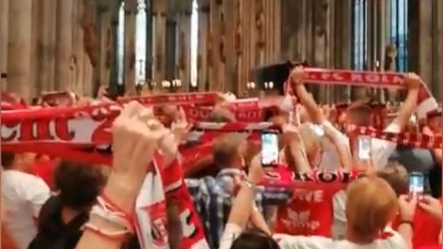 Una multitud de aficionados del Colonia antes del partido...¡Se fueron a misa!