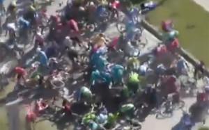 Varios ciclistas de Movistar en la caída