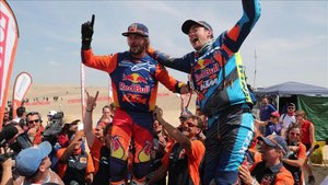 Price y Walkner , de KTM, celebran su éxito en el Dakar