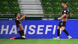 André Silva, derecha, celebra el primer gol