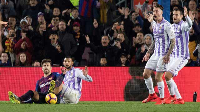 El árbitro lo tuvo claro y no acudió al VAR: penalti a Piqué