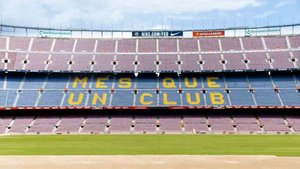 El Camp Nou ya tiene medio césped colocado