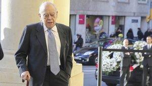 El expresident de la Generalitat, Jordi Pujol, a su llegada al funeral