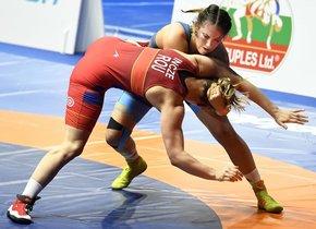 Gabriella Sleisz (azul) de Hungría en acción contra Kriszta Incze (rojo) de Rumania en su combate de cuartos de final de la categoría femenina de -65 kg del Campeonato Europeo de Lucha Libre en Roma.