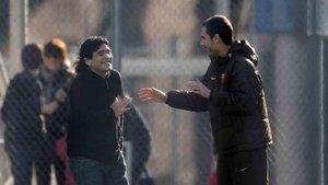 Guardiola, junto a Maradona, en una visita que hizo el argentino a Barcelona cuando Pep era el entrenador