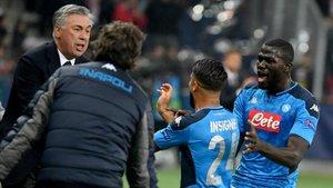 Insigne festeja con Ancelotti y Koulibaly el tanto del triunfo.