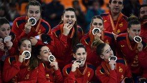 Las Guerreras posando con las medallas de plata
