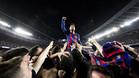 Leo Messi celebra con los aficionados del Barça la remontada ante el PSG en la Champions 2016/17