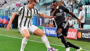 De Ligt, en acción con Ekambi en el último Juventus-Lyon de Champions