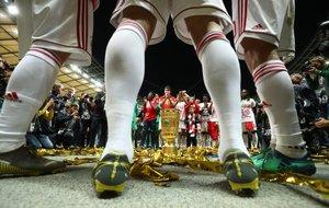 Los jugadores del Bayern Munich celebran con el trofeo después de la final de la Copa de Alemania (DFB Pokal) del partido de fútbol RB Leipzig - FC Bayern Munich en el Estadio Olímpico de Berlín.