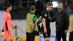 Marco Rose intenta levantar el ánimo a sus jugadores tras el 2-2