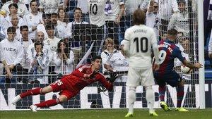 Roger marcó el 0-2 al transformar un penalti