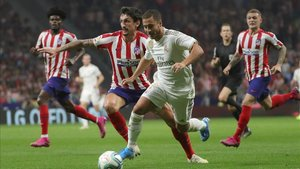 Savic intenta frenar el avance de Hazard durante el último derbi madrilleño
