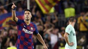 Suárez celebra su gol en el Camp Nou