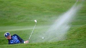 Suzann Pettersen de Europa juega su primer búnker en la octava calle el primer día del torneo de golf de la Copa Solheim en el Hotel Gleneagles en Gleneagles, Escocia.