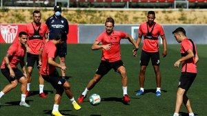 Varios jugadores de la plantilla del Sevilla FC durante una sesión de entrenamiento