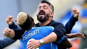 Victor Osimhen se fue a por Gennaro Gattuso para celebrar el 4-0 ante la Atalanta