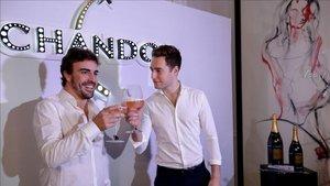 Alonso brinda con Vandoorne en el evento de Chandon