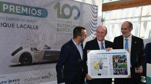 Enrique Lacalle (centro), presidente del Automobile Barcelona, recibe el premio especial del jurado por su labor y gestión al frente del certamen.