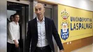 Ayestarán entra en la sala de prensa para ser presentado como nuevo técnico de la UD Las Palmas